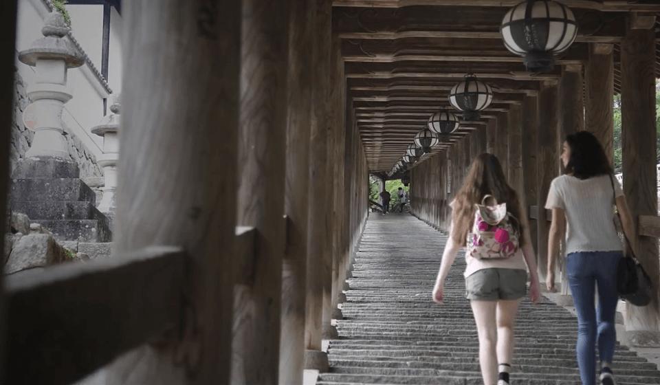 長谷寺の石段を登る海外女性