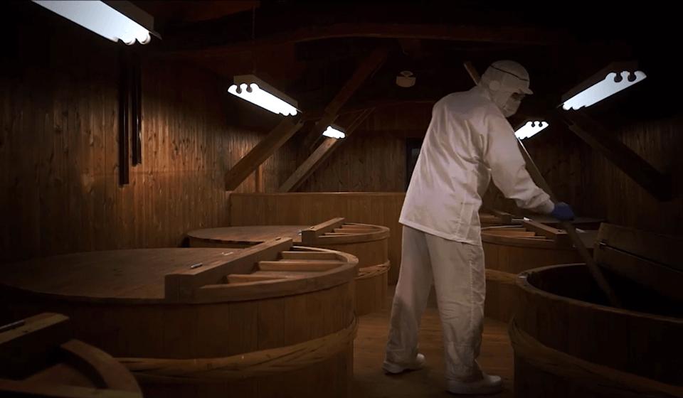 醤油蔵で働く男性